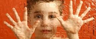 παιδί-πίσω-από-παράθυρο